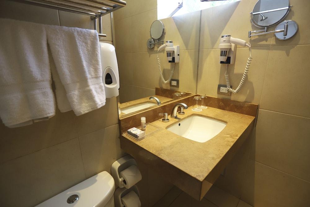 https://i.travelapi.com/hotels/6000000/5660000/5655700/5655695/c76a5a89_z.jpg