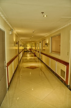 Clarkk Renaissance Hotel Clark Hallway