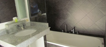 The Front Hotel and Apartment - Bathroom  - #0