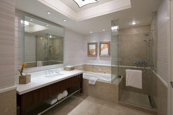 Solaire Hotel Manila Bathroom