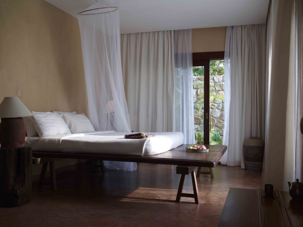 https://i.travelapi.com/hotels/6000000/5980000/5971200/5971123/a0488bc9_z.jpg