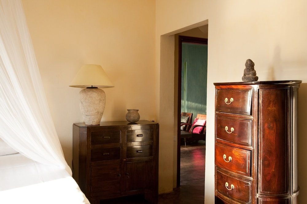 https://i.travelapi.com/hotels/6000000/5980000/5971200/5971123/bafe2c97_z.jpg