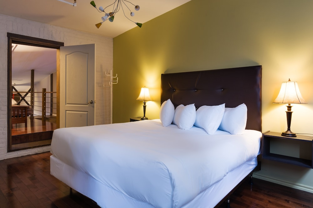 https://i.travelapi.com/hotels/60000000/59950000/59945400/59945359/8ade7b0b_z.jpg