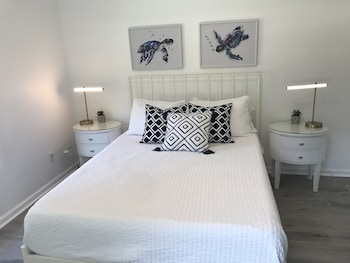 Tidal Creek 1 Bed, 1 Bath W Den , No Cleaning Fees