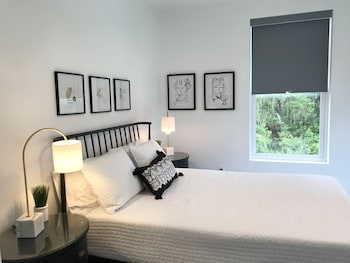 Grey Suite 1Br With Den Free Kayaks Paddleboard Halfway Beachdowntown