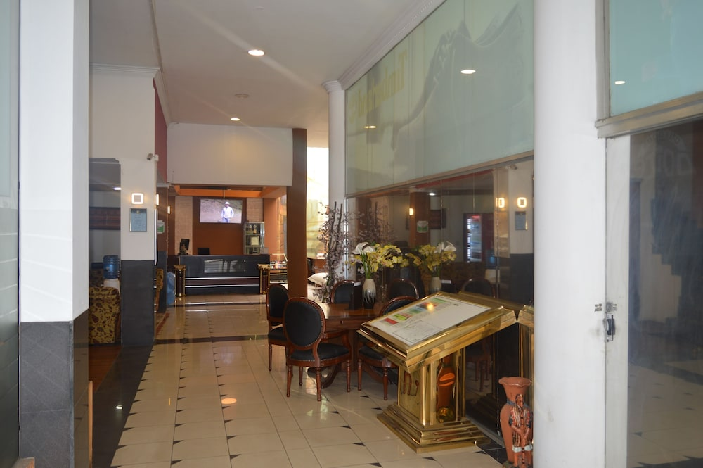 Hotel : Interior Entrance 1 of 60