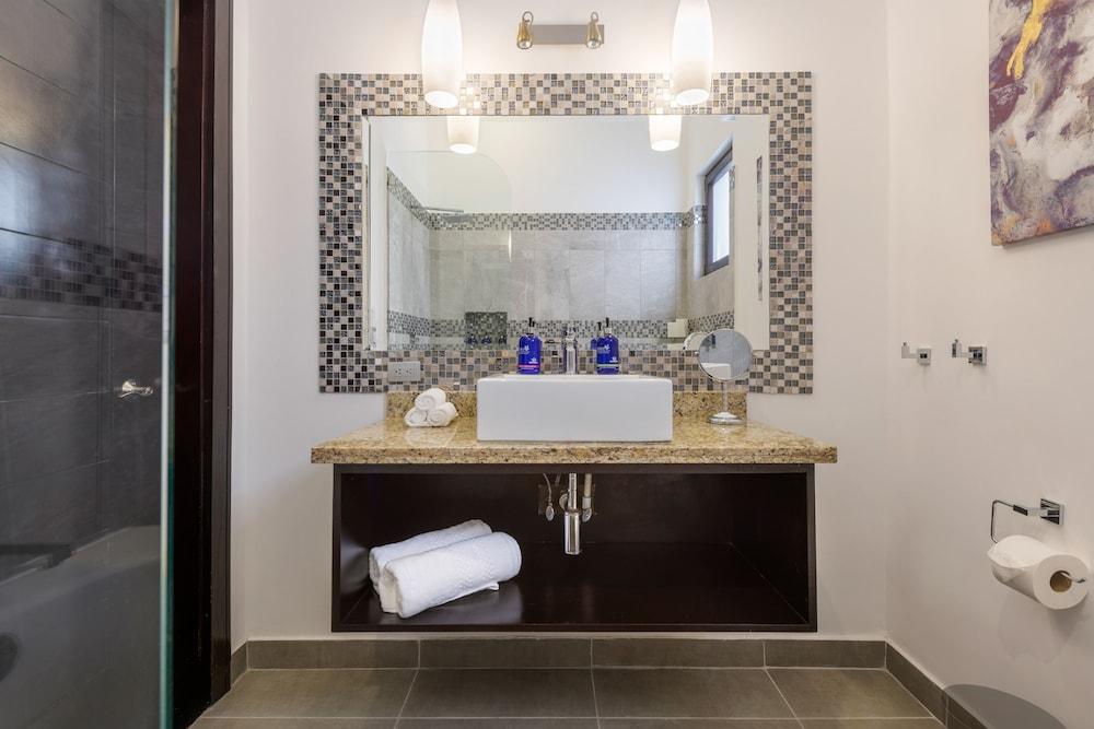https://i.travelapi.com/hotels/7000000/6030000/6024100/6024017/691216cd_z.jpg