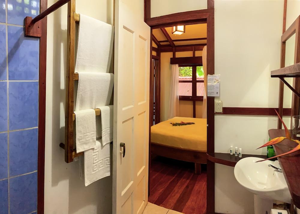 https://i.travelapi.com/hotels/7000000/6100000/6098500/6098415/13b16d56_z.jpg