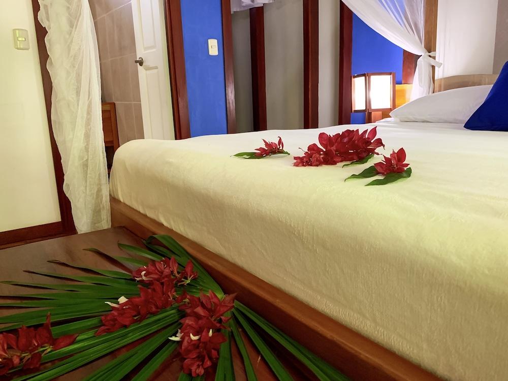 https://i.travelapi.com/hotels/7000000/6100000/6098500/6098415/482cf3b1_z.jpg