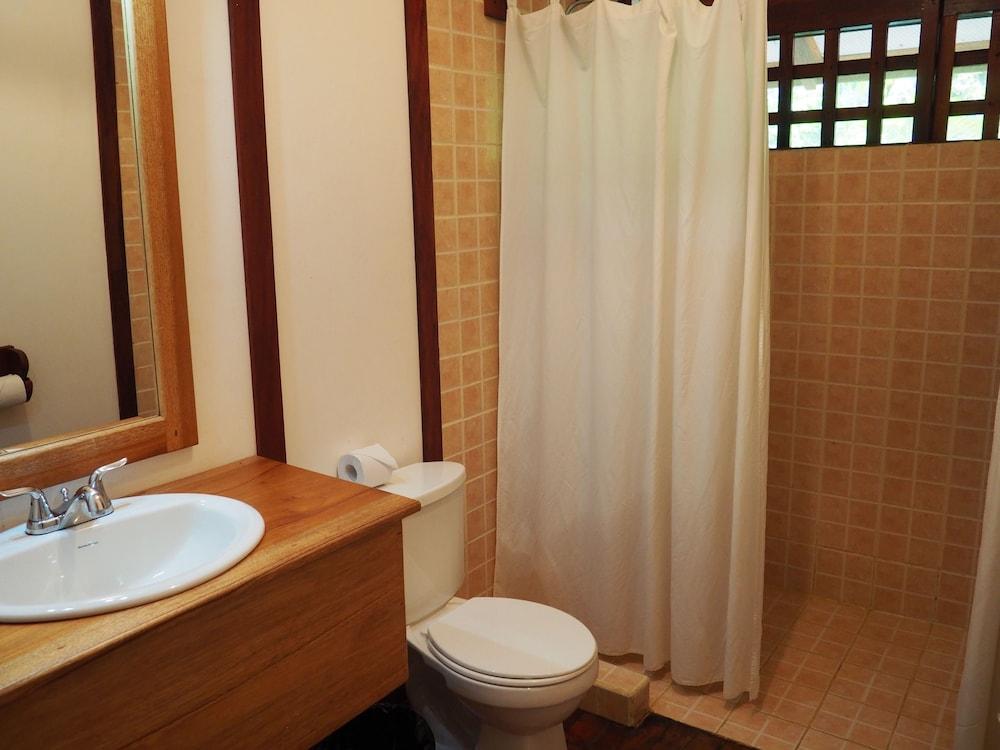 https://i.travelapi.com/hotels/7000000/6100000/6098500/6098415/a7b3b87b_z.jpg