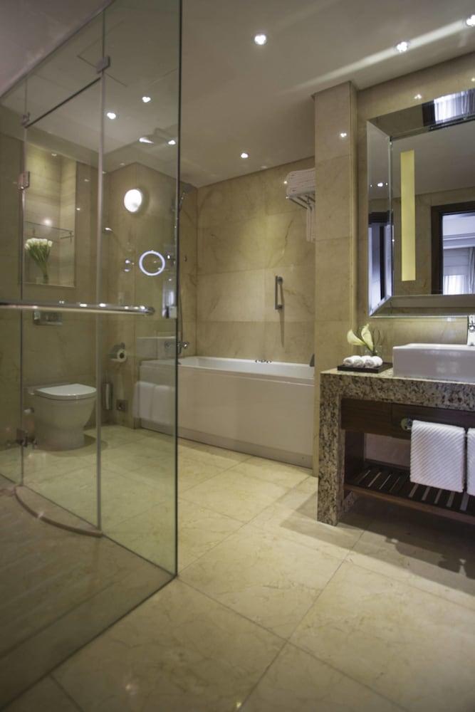 https://i.travelapi.com/hotels/7000000/6190000/6184200/6184194/2e6b4f21_z.jpg