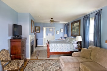 Deluxe Room, 1 King Bed (Blue Hydrangea)