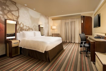 Guestroom at Courtyard by Marriott Dallas DFW Airport North/Grapevine in Grapevine