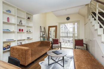 One Bed townhouse with partial opera house view