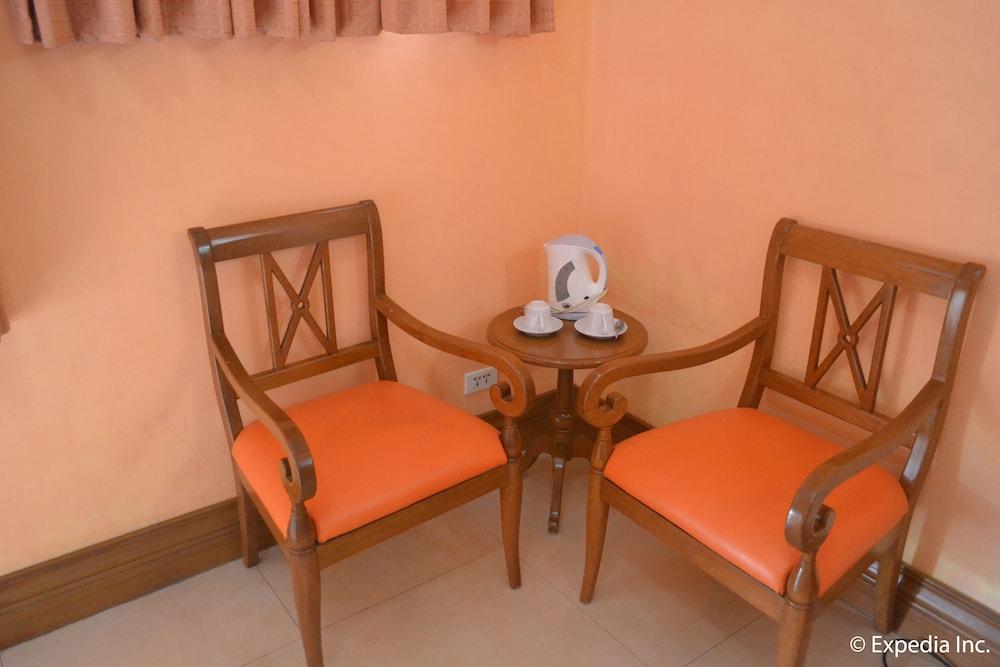 https://i.travelapi.com/hotels/7000000/6450000/6443100/6443075/671693da_z.jpg