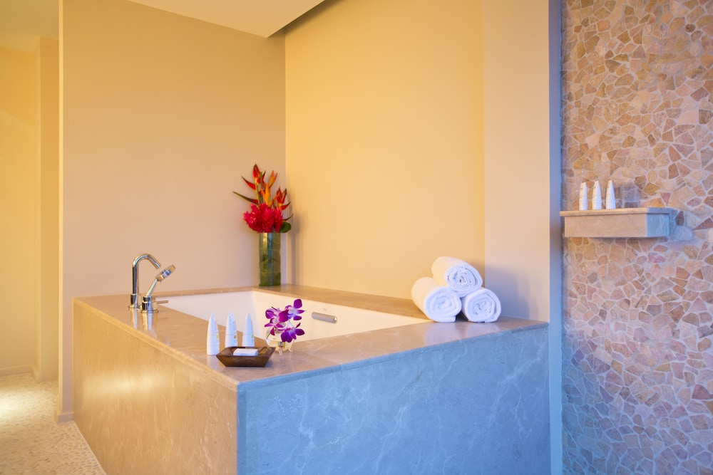 https://i.travelapi.com/hotels/7000000/6480000/6476700/6476638/4fa03a68_z.jpg