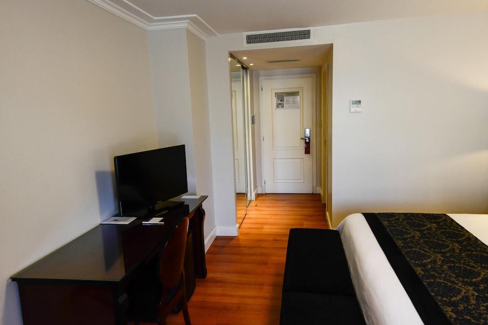 https://i.travelapi.com/hotels/7000000/6570000/6565900/6565878/0989b9f4_z.jpg