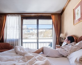 Romantic Double Room with double bed or 2 single beds, access to the Pré-Saint Didier spa