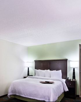 Guestroom at Hampton Inn & Suites Altamonte Springs in Altamonte Springs