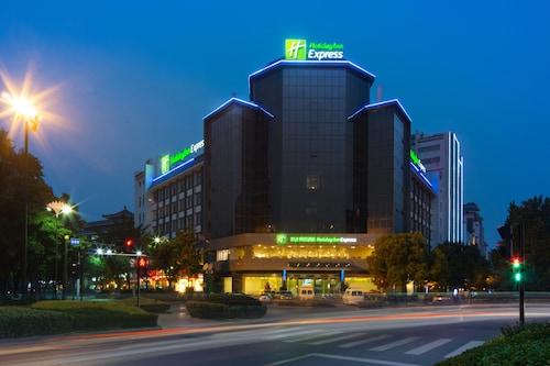 . Holiday Inn Express Yangzhou City Center, an IHG Hotel