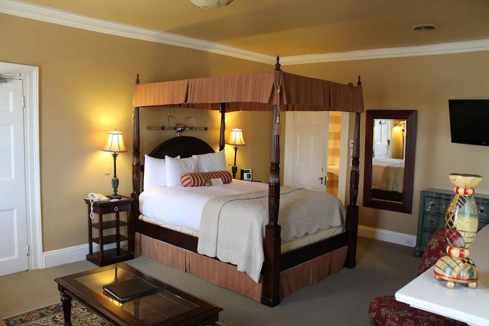 https://i.travelapi.com/hotels/7000000/6620000/6615400/6615379/8a7b13dc_z.jpg