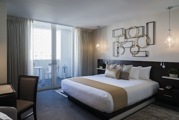Premier Room, 1 King Bed, Balcony, Pool View
