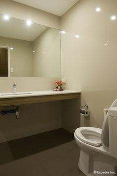 Rothman Hotel Manila Bathroom
