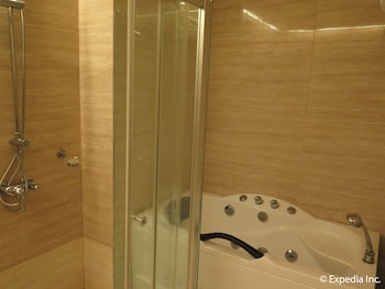 Big 8 Corporate Hotel Davao Bathroom