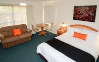 Deluxe Room, 1 Queen Bed, Microwave at Pegasus Motor Inn and Serviced Apartments in Hamilton
