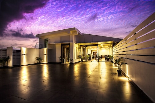 __{offers.Best_flights}__ J Hotel