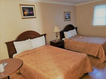 Suite, 3 Queen Beds, Kitchen