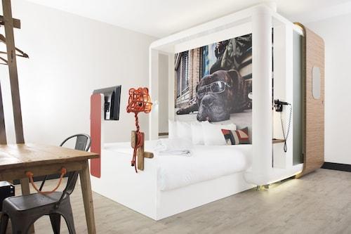 . Qbic Hotel London City