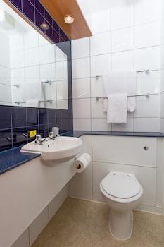 Comfort Inn Manchester North - Bathroom  - #0