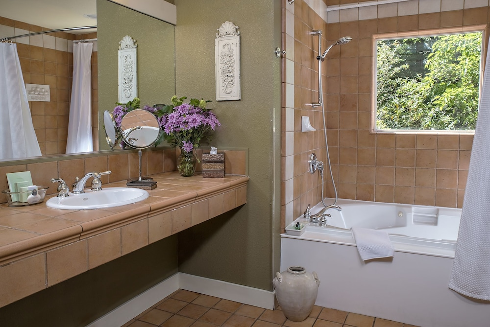 애플우드 인 & 스파(Applewood Inn and Spa) Hotel Image 43 - Bathroom