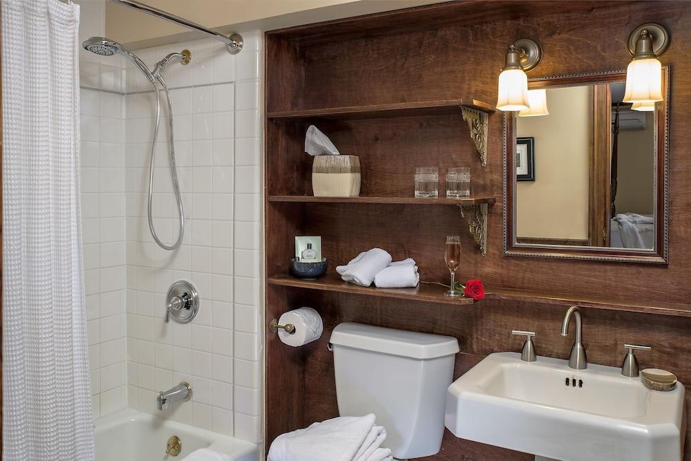 애플우드 인 & 스파(Applewood Inn and Spa) Hotel Image 41 - Bathroom