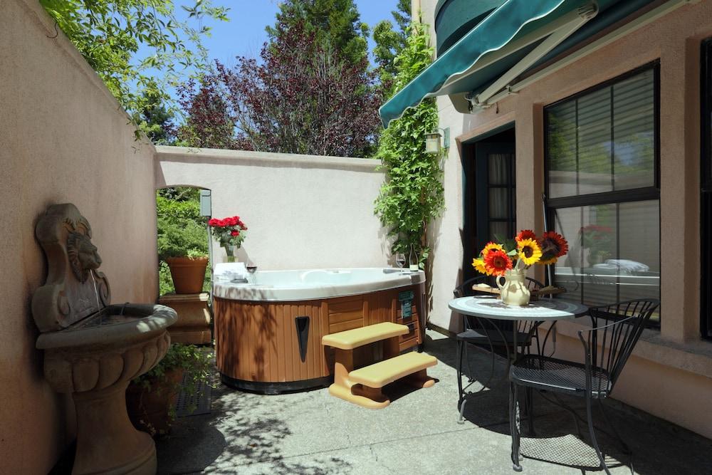애플우드 인 & 스파(Applewood Inn and Spa) Hotel Image 48 - Outdoor Spa Tub