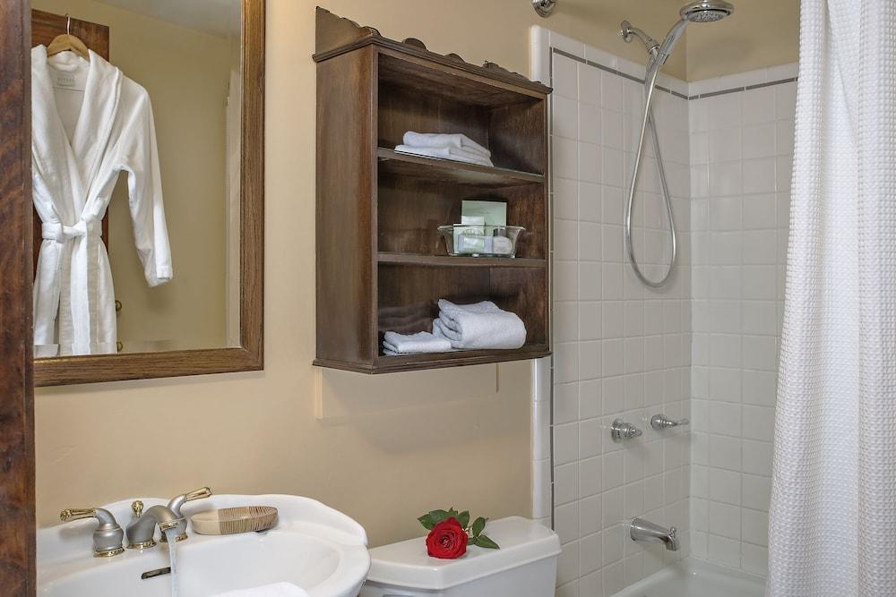 애플우드 인 & 스파(Applewood Inn and Spa) Hotel Image 42 - Bathroom