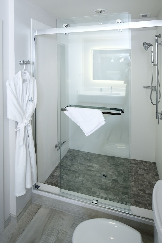 아일랜드 하우스 호텔 오렌지 비치 - 어 더블트트리 바이 힐튼(Island House Hotel Orange Beach - a DoubleTree by Hilton) Hotel Thumbnail Image 17 - Bathroom
