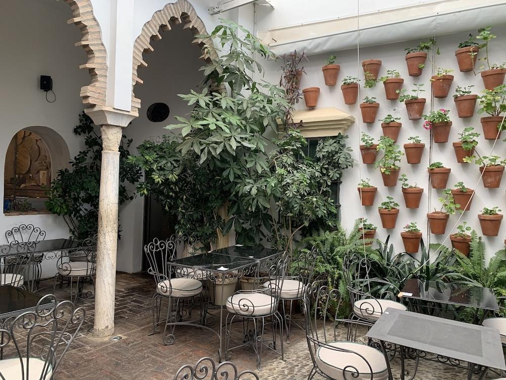 https://i.travelapi.com/hotels/8000000/7300000/7299400/7299339/54ef14f2_z.jpg
