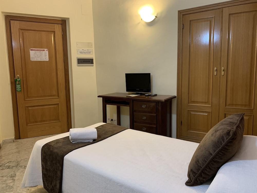 https://i.travelapi.com/hotels/8000000/7300000/7299400/7299339/635935a5_z.jpg