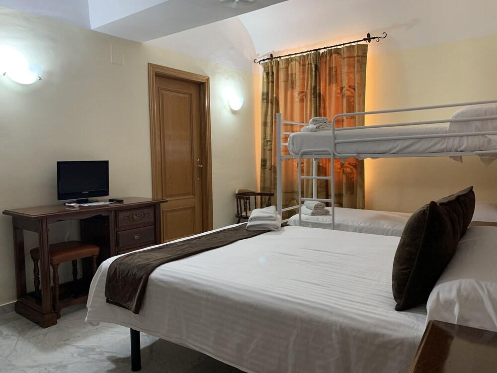 https://i.travelapi.com/hotels/8000000/7300000/7299400/7299339/ca44d943_z.jpg