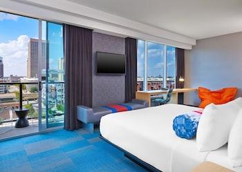 Suite, 1 King Bed, Balcony, Corner