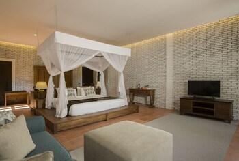 Romantic Honeymoon Gateway at Exclusive Modern Villa