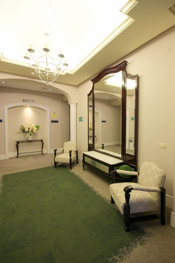 https://i.travelapi.com/hotels/8000000/7500000/7496600/7496591/1c2645a6_z.jpg