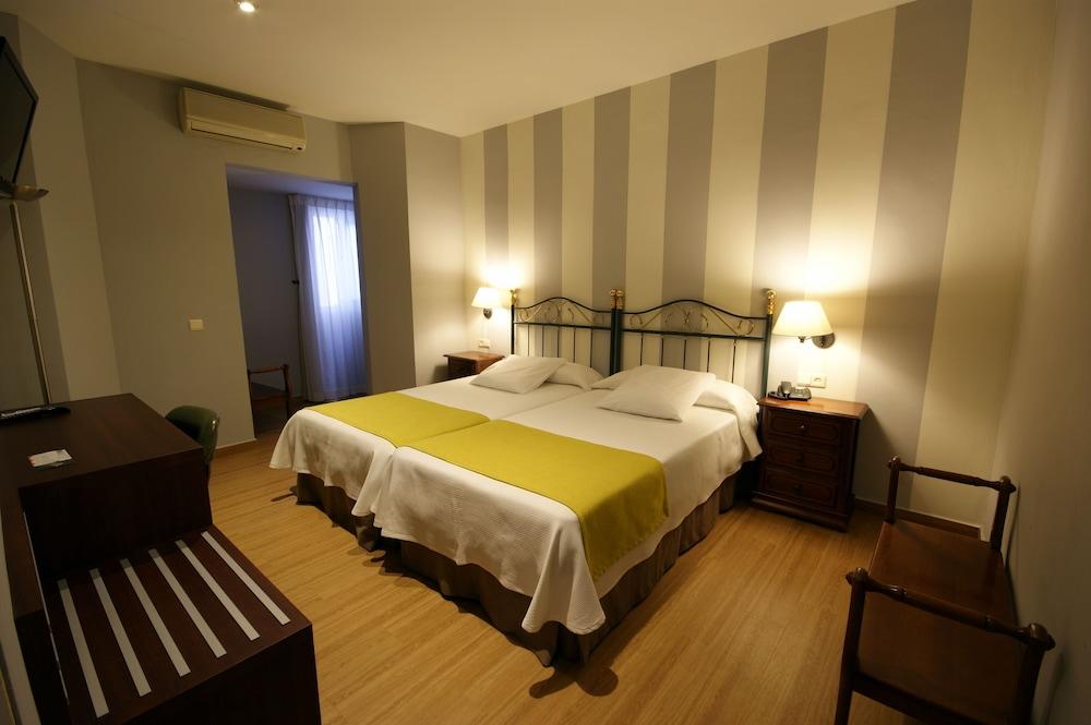 https://i.travelapi.com/hotels/8000000/7500000/7496600/7496591/b28d9b87_z.jpg
