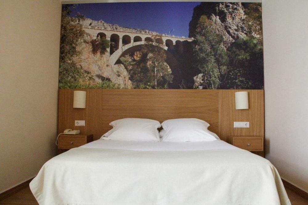 https://i.travelapi.com/hotels/8000000/7500000/7496600/7496591/f49bfb72_z.jpg