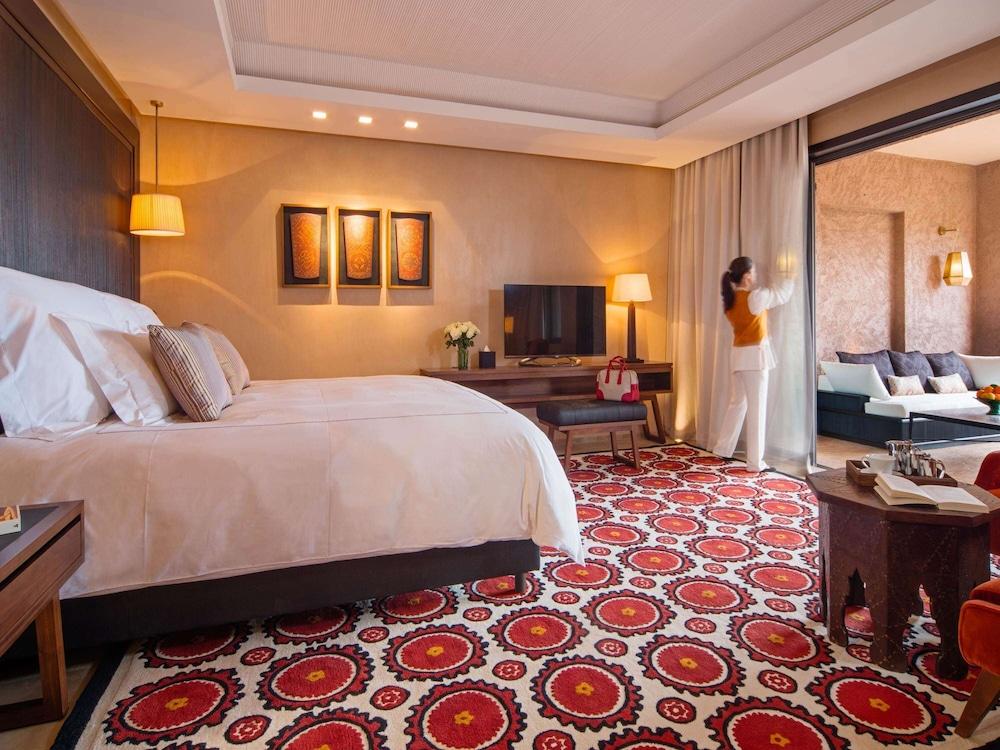 https://i.travelapi.com/hotels/8000000/7560000/7553800/7553718/7c9d6be4_z.jpg