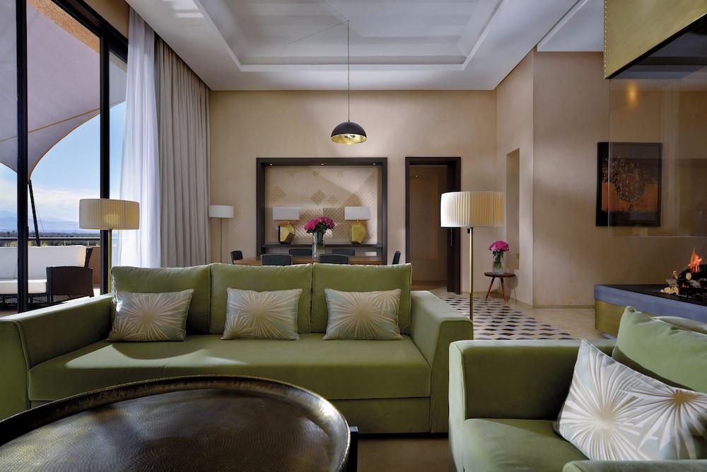 https://i.travelapi.com/hotels/8000000/7560000/7553800/7553718/7f02de99_z.jpg