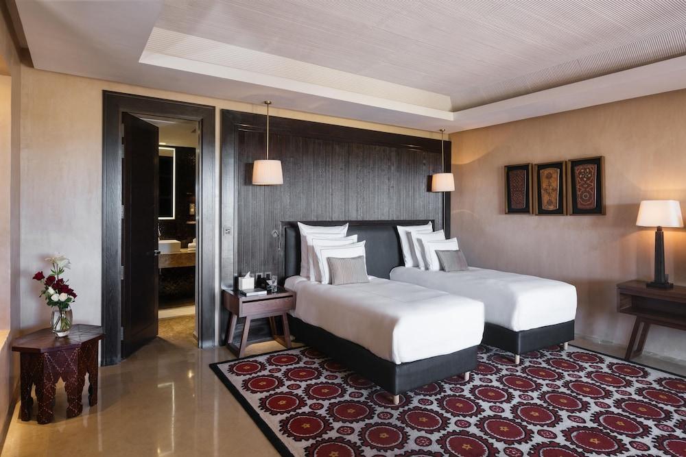 https://i.travelapi.com/hotels/8000000/7560000/7553800/7553718/be6d45bd_z.jpg