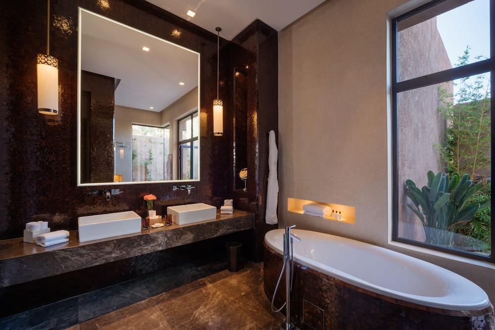 https://i.travelapi.com/hotels/8000000/7560000/7553800/7553718/f3668c19_z.jpg